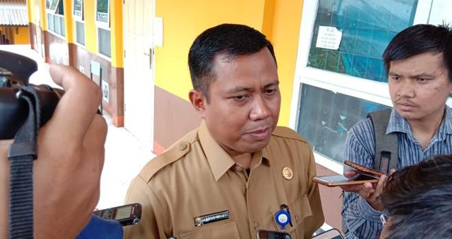 Kabid Pembinaan SMA , Abdul Mukti Saat Ikut Meninjau Pelaksanaan UNBK. Foto : Ist