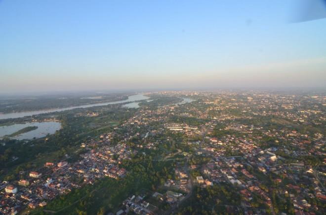 CUACA : Suasana kota Jambi tampak dari udara saat cuaca cerah. Wilayah yang didominasi oleh pohon besar, saat hujan disertai angin kencang masyarakat dihimbau waspada.