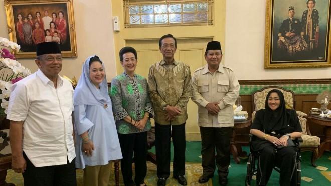 Calon Presiden nomor urut 02 dan Titiek Soeharto,  usai bertemu Sri Sultan Hamengku Buwono X di Bangsal Kepatihan.