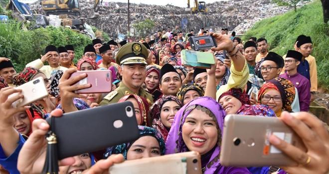 238 CPNS Kota Jambi foto bersama Walikota Jambi usai penyerahan SK di TPA Talang Gulo (10/4). Foto : Hafiz  Alatas / Jambiupdate