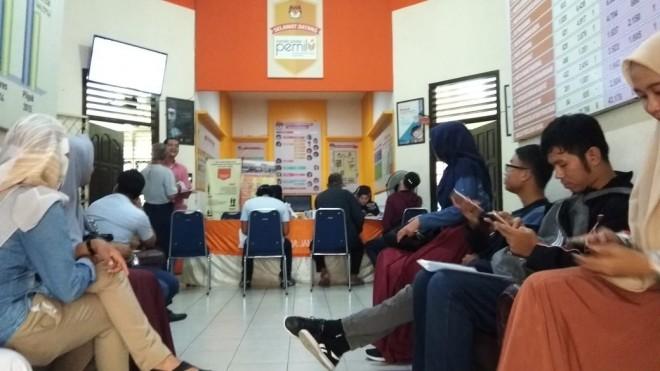 Kesibukan di kantor Komisi Pemilihan Umum (KPU) kemarin (9/4).