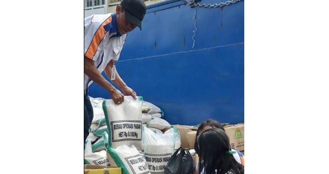 Bulog Jambi saat melakukan operasi pasar di Pasar Angso Duo beberapa waktu lalu. Foto : Ist
