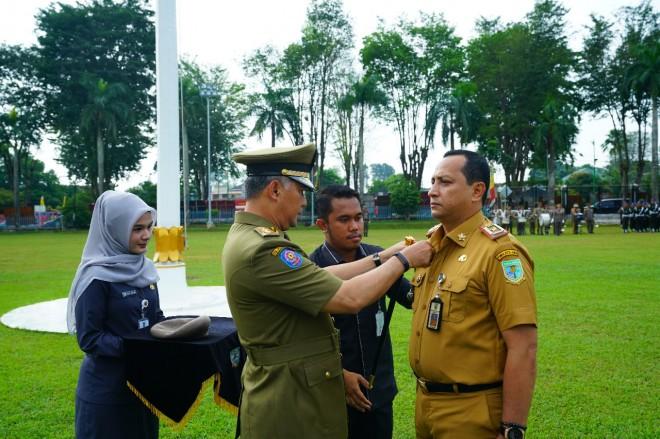 Kabag Humas Kota Jambi Abu Bakar dianugerahi Wing Kemahiran dan Baret.