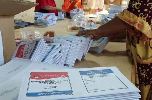 Ilustrasi Surat Suara. Sejumah pekerja sedang melakukan pelipatan surat suara yang akan didistribusikan ke sejumlah negara dan daerah. (Miftahul Hayat/JawaPos)