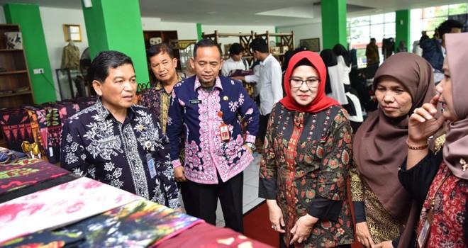 Sekda Kota Jambi Budidaya pada penutupan pelatihan batik Tulis 3 in 1 Angkatan III (11/4) lalu. Foto : Ist