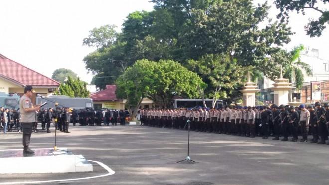 Kapolda Jambi Irjen Pol Muchlis saat Memimpin apel pergeseran pasukan untuk pengamanan pemilu 2019. Minggu (14/4).