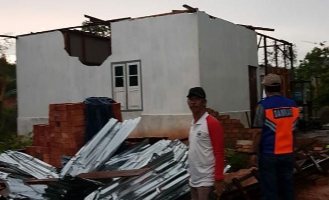 Rumah warga yang rusak diterjang angin puting beliung.