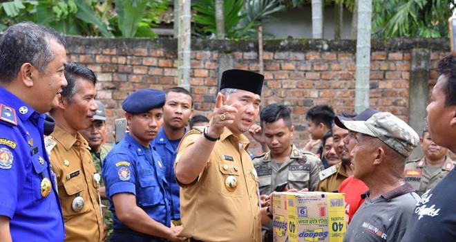Walikota Jambi Sy Fasha memberikan bantuan kepada korban angin putting beliung dai RT 32, Kelurahan Kenali Asam Bawah (15/4). Foto : Ist