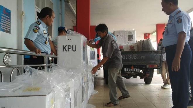 Lima kota suara untuk pemilihan umum (pemilu) 2019 tiba di Lapas Klas IIA Jambi pada Selasa (16/4).