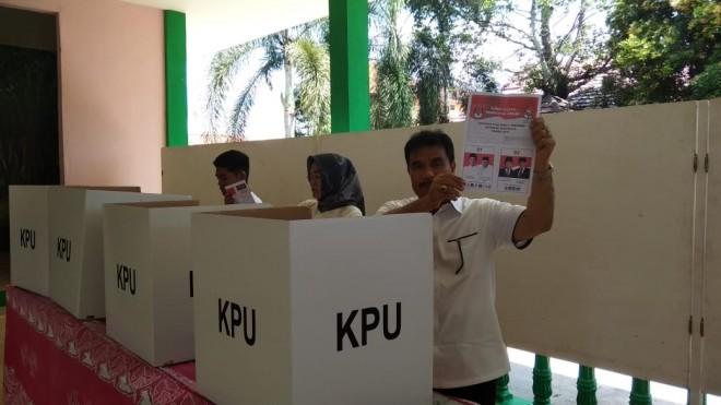 Sutan Adil Hendra (SAH) saat menyalurkan hak pilihnya di TPS. Foto : Ist