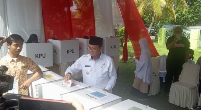 Gubernur Jambi Fachrori Umar selesai menyalurkan hak suaranya di TPS 14 Telanaipura. Dia datang di TPS pukul 10.00 WIB beserta rombongan Forkopimda lainnya. Foto : Andri / Jambiupdate