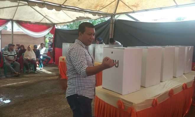 Bupati Tanjung Jabung Timur (Tanjabtim), H. Romi Hariyanto, SE ikut berpartisipasi mencoblos di TPS 4 Kelurahan Rano, Kecamatan Muarasabak Barat. Foto : Ist