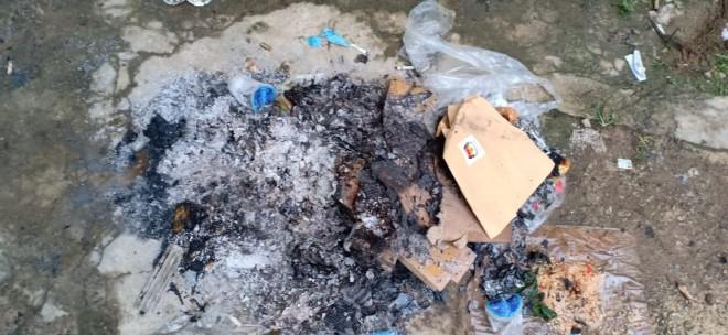 Kotak dan surat suara yang dibakar di Sungai Penuh.