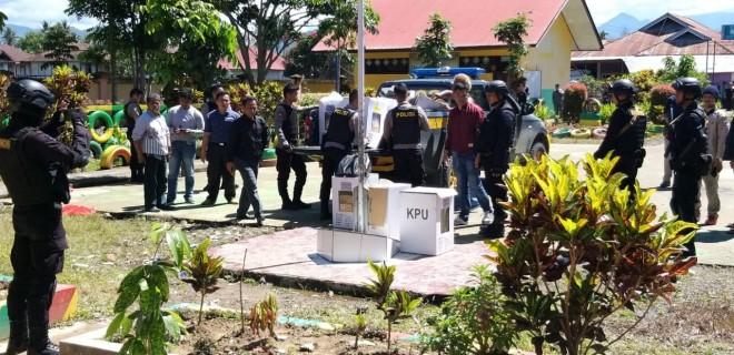 Polisi saat melakukan olah TKP di lokasi pembakaran kotak suara di Sungai Penuh Kamis siang kemarin (18/4). FOTO: GUSNADI