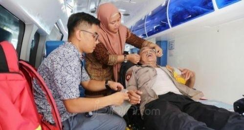 Aparat kepolisian saat mendapat perawatan medis. Foto : JPNN