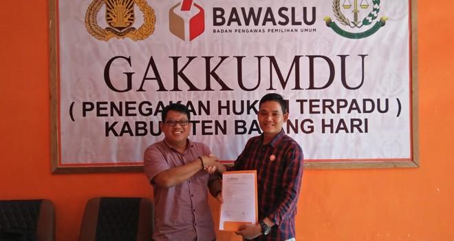 Caleg NasDem Rahmad Mulyadi menyerahkan berkas laporan ke Bawaslu Batanghari. Foto : Reza / Jambiupdate