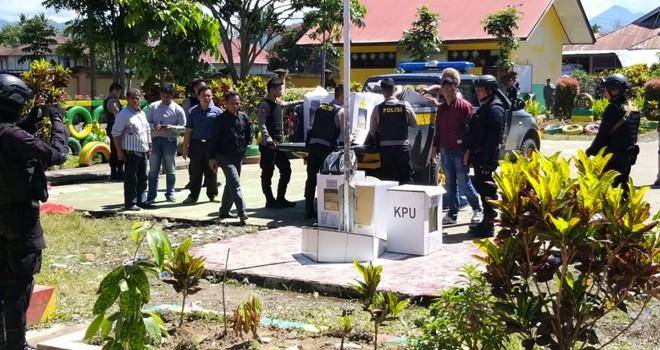 Barang bukti kotak dan surat suara tiga TPS di Desa Koto Padang yang dibakar saat sampai di Mapolda Jambi beberapa waktu lalu. Foto : Dok Jambiupdate