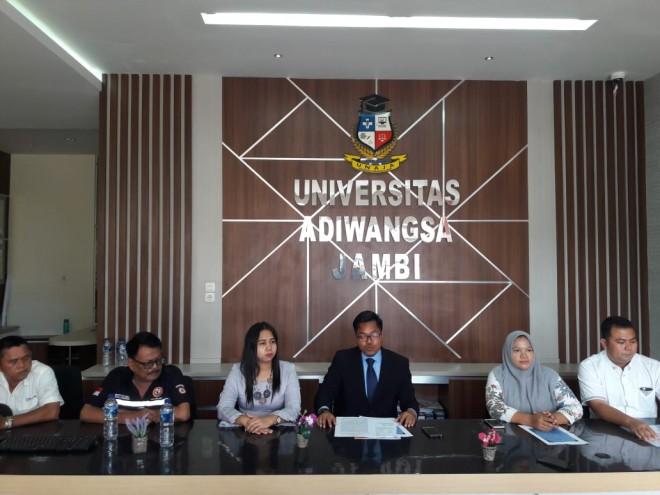 Jumpa pers yang digelar di Universitas Adiwangsa Jumat (26/4). FOTO: FAUZI YOSI/JAMBIUPDATE
