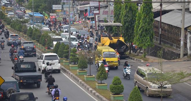 Pengaspalan jalan Pattimura oleh Dinas PUPR Provinsi Jambi 2018 lalu. Rencananya jalan Pattimura ini akan dilakukan uji coba aspal karet. Foto : Ist