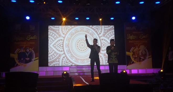 Penampilan bintang Lida Indosiar Ebie Suntara bernyanyi bersama Gubernur Jambi Fachrori Umar. Foto : Andri / Jambiupdate