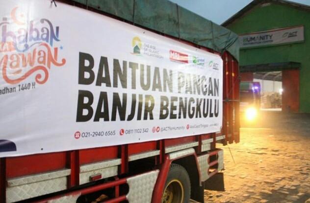ACT terus mengirim bantuan logistik untuk korban banjir di Bengkulu. Sebanyak 60 ton logistik diberangkatkan dari gudang ACT, Bogor menuju Bengkulu, Senin (29/4). (ACT for JawaPos.com)