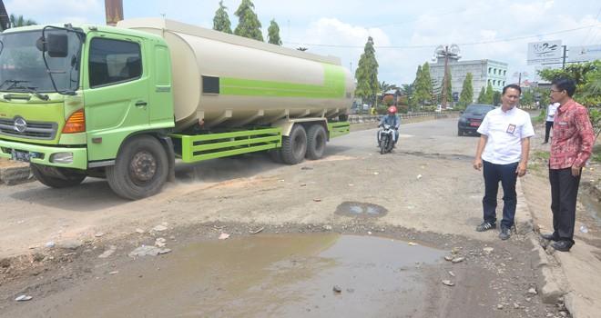 Kasatker PJN 1 Jambi Andre Sahatua Sirait meninjau kondisi Jalan Lintas Penghubung untuk dilakukan perbaikan menjelang arus mudik (2/5). Foto : M Ridwan / Jambi Ekspres