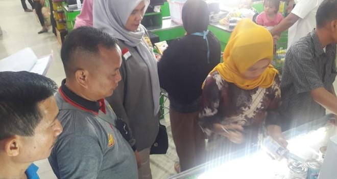 Disprindag Provinsi Jambi bersama Tim Terpadu melakukan sidak di salah satu Minimarket (3/5). Foto : Fauzi Yosi / Jambiupdate