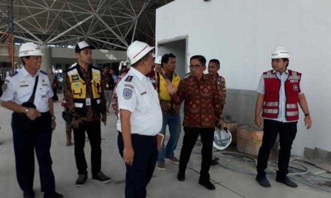 H Bakri saat mengunjungi Bandara Jambi. Foto : Ist
