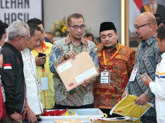 KPU melakukan rekapitulasi tingkat nasional sejak Sabtu (3/5). Rekapitulasi suara dimulai dari PPLN. (Miftahul Hayat/Jawa Pos)