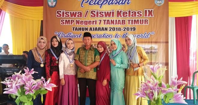 Kepala SMPN 7 Tanjabtim foto bersama setelah memberikan penghargaan secara simbolis kepada siswa kelas IX. Foto : Ist