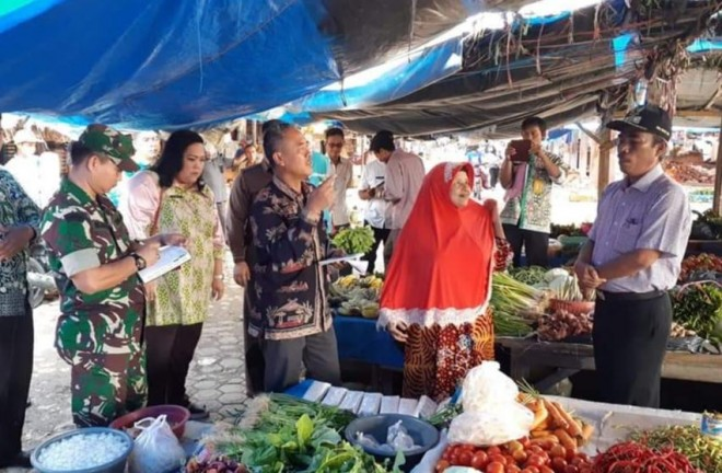 Wakil Bupati Tebo, Syahlan saat melakukan sidak di Pasar Tanjung Bungur Kecamatan Tebo Tengah.
