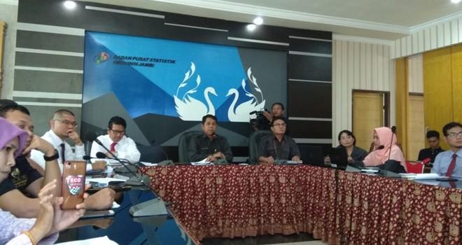 Kepala BPS Provinsi Jambi, Dadang Hardiwan saat menyampaikan rilis di Kantor BPS. Foto : Ist
