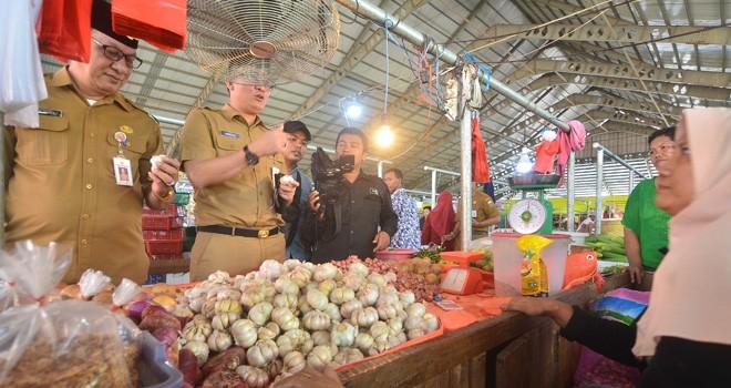 TPID Provinsi Jambi sidak di Pasar Angso Duo untuk memantau harga bahan pokok selama Ramadan (7/5). Terutama harga bawang putih. Foto : M Ridwan / Jambi Ekspres