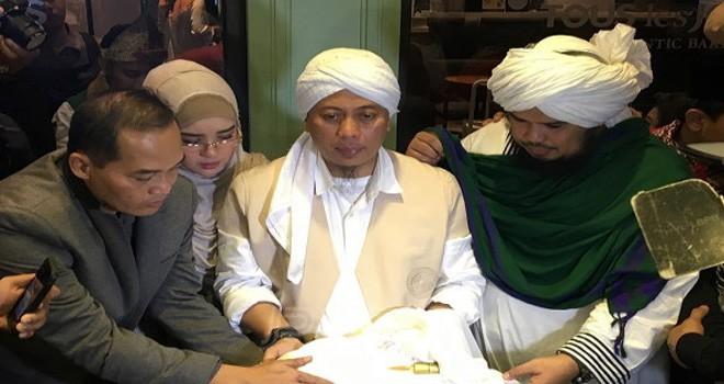 Opick saat memamerkan sehelai rambut Nabi Muhammad SAW. Foto : Dedi Yondra / JPNN