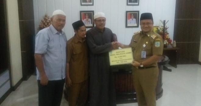 Maulana menyerahkan bantuan masjid di ruang  kerja Wakil Walikota Jambi, Senin (13/5). Foto : Ist