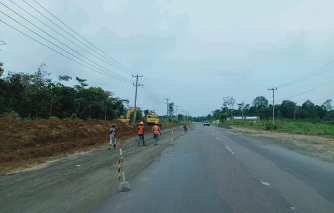RAMPUNG: Pengerjaan Jalan Dua Jalur di depan Kantor Bupati Tebo atau tepatnya di KM 12 Jalan Lintas Bungo-Tebo Kecamatan Tebo Tengah, dipastikan tidak rampung hingga lebaran nanti.