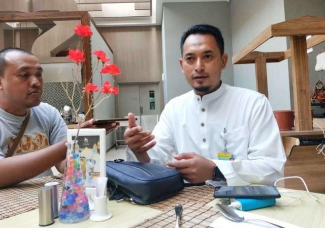 Branch Manager PT Dharma Lautan Utama, Budiono (Gamis Putih).