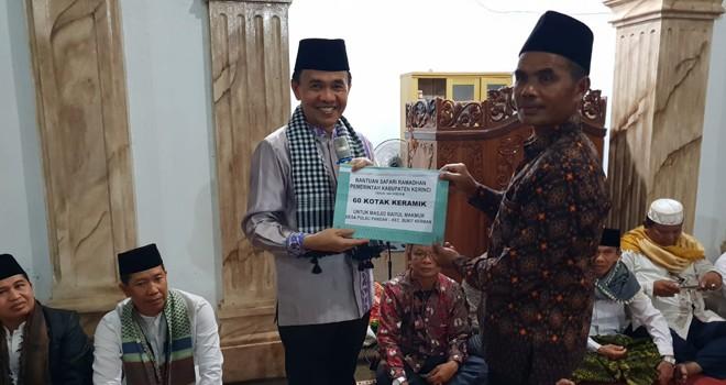 Bupati Berikan Bantuan 60 Kotak Keramik dan Uang 10 Juta. Foto : Gusnadi / Jambiupdate