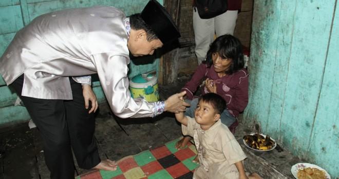 Bupati Kerinci saat melihat kondisi rumah janda buta Tiga anak. Foto : Gusnadi / Jambiupdate