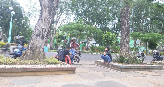 Pengunjung memanfaatkan wifi yang disiapkan Dinas Komunikasi dan Informasi (Diskomimfo) Kota Jambi di Taman Jomblo (15/5). Foto : Ist