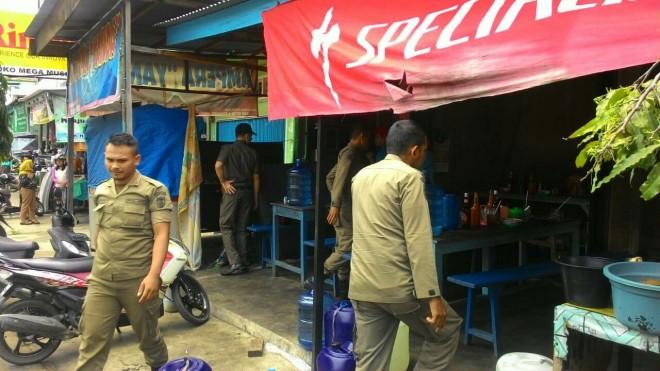 RAZIA: Satpol PP Bungo saat melakukan razia ke berbagai rumah makan yang membuka dagangan di siang hari selama Ramadan.