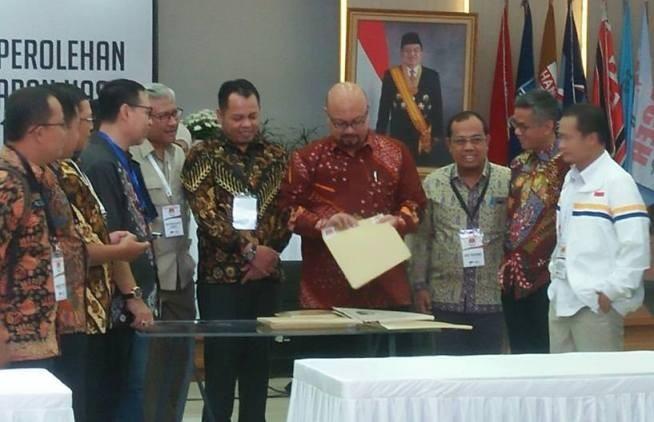 Komisioner KPU Provinsi Jambi menandatangani berita acara usai menyampaikan hasil pleno rekapitulasi hasil pemungutan suara. Foto : Ist