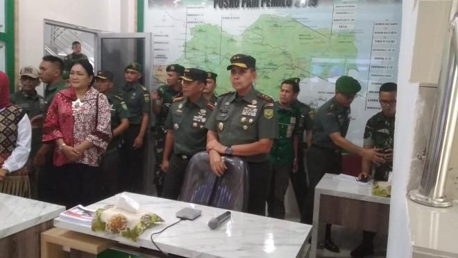 Pangdam II Sriwijaya Mayjend TNI Irwan saat meresmikan ruangan media center dan ruangan monitoring karhutla, Kamis (16/5).