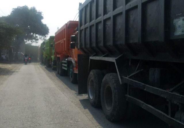 Jalan Paya Parung Panjang rusak parah karena dilintasi truk tronton setiap hari. (Ilham Safutra/JawaPos.com)