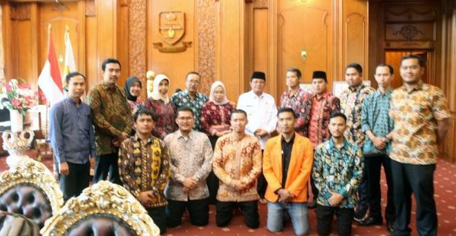 Gubernur, Dekan Fisipol Unja, para dosen dan mahasiswa Fisipol Unja foto bersama.