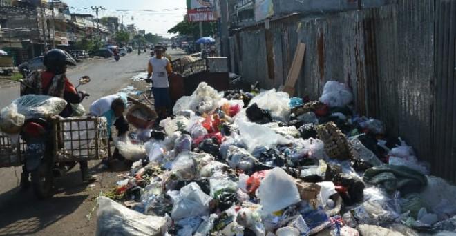 Tumpukan sampah di Jalan Orang Kayo Pingai. Produksi sampah selama Ramadan ini meningkat 60 ton sehari. Foto : M Ridwa / Jambi Ekspres