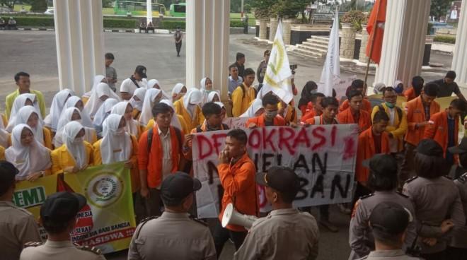 Aksi damai (demonstrasi) di depan Kantor DPRD Provinsi Jambi (21/5). Foto : Andri / Jambiupdate