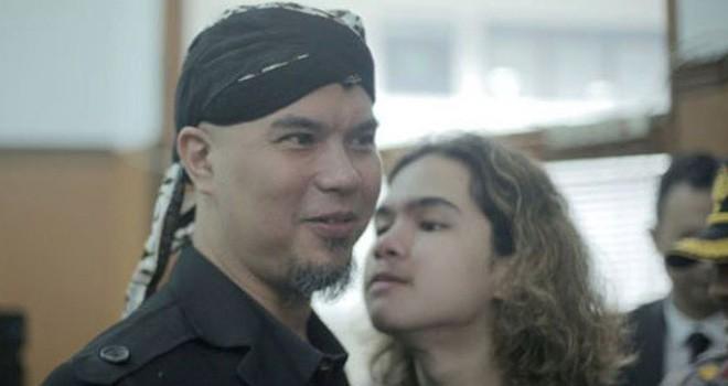 Dul Jaelani saat mendampingi ayahnya. Foto : Dok Jawapos