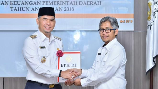 Walikota Jambi H Syarif Fasha secara langsung menerima hasil pemeriksaan keuangan yang diserahkan langsung oleh Kepala BPK RI.