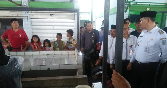 Walikota Jambi Sy Fasha sidak ke Pasar Tradisional Talang Banjar (29/5). Para pedagang mengeluh sepinya pembeli karena masih adanya pedagang yang berjualan di sepanjang jalan pasar lama. Foto : Ist